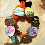 Chaque rondelle, découpée dans un rondin de thuya, et fixée sur une couronne de velours, sert de support à divers petits tableaux  (huile)…